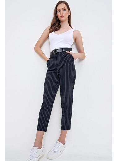 Butikburuç Kadın Gri Çizgili Kemerli Havuç Pantolon Lacivert